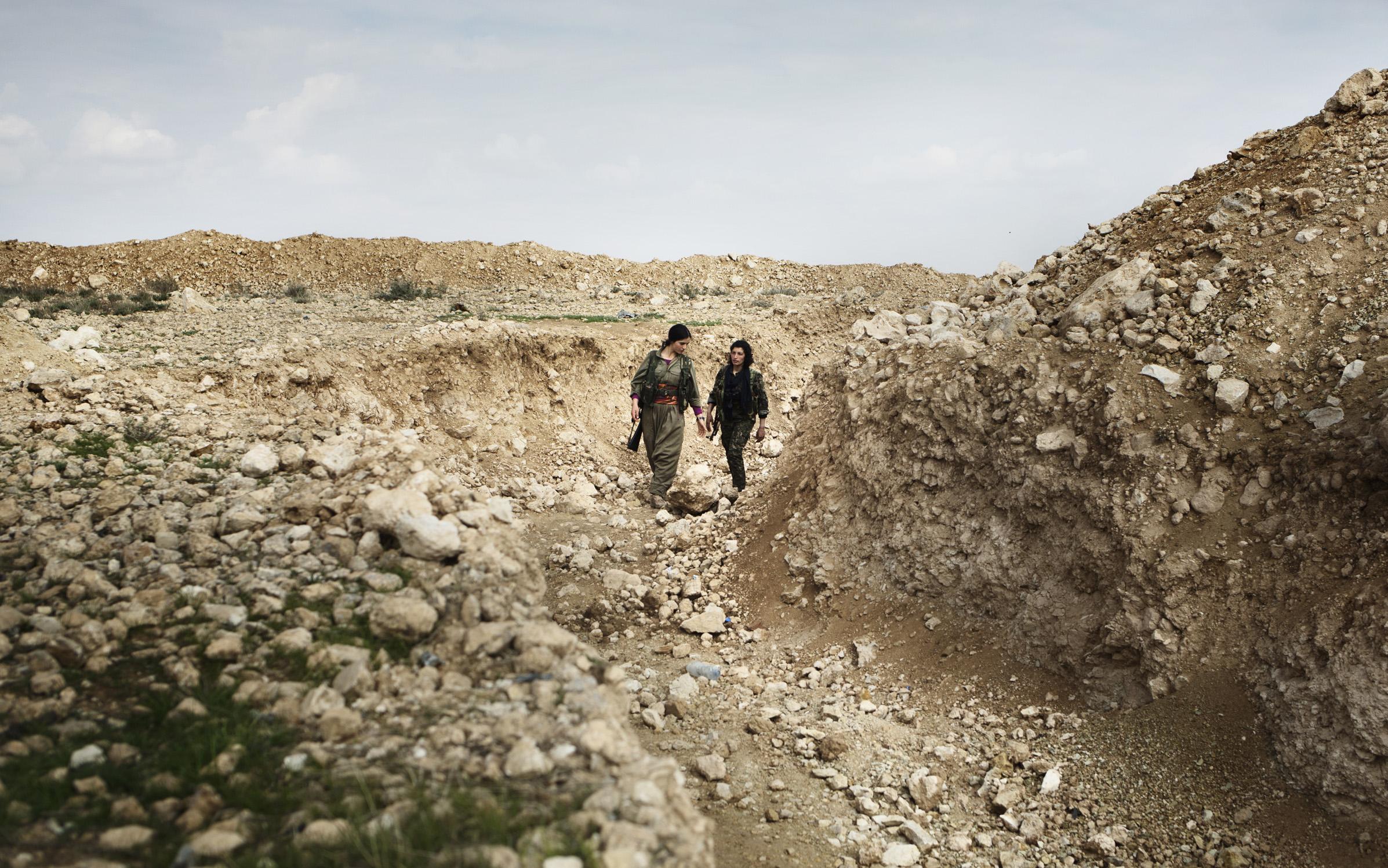 SINJAR, KURDISTAN, IRAQ- FEBRUARY, 2016: Commandante Gulchin et Norouz (21) se déplacent dans les tranchées creusées tout autour de leur base. Leur poste se trouve à 1 km seulment des positions enemies de Daech. .(picture by Veronique de Viguerie/ Reportage by Getty Images )