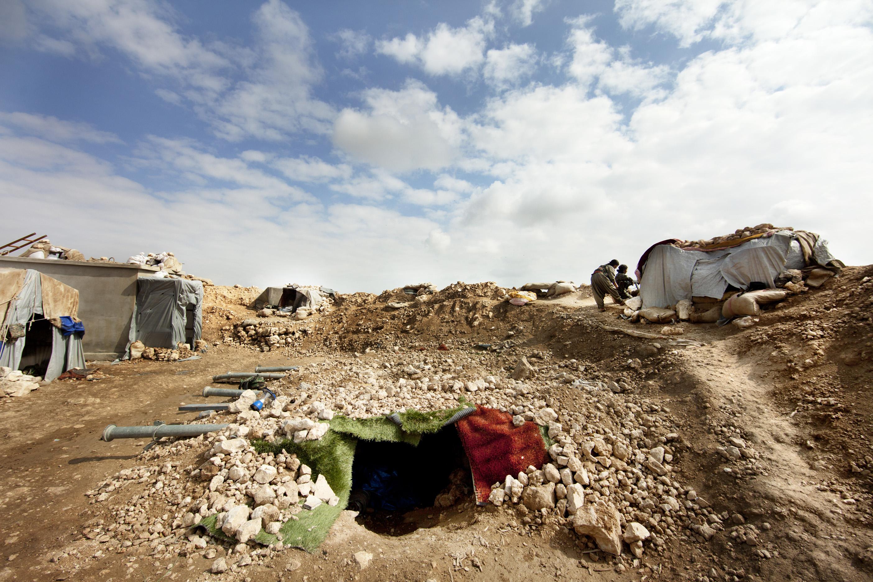 SINJAR, KURDISTAN, IRAQ- FEBRUARY, 2016: Commandante Gulchin et Norouz (21) à leur poste se trouve à 1 km seulment des positions enemies de Daech. .(picture by Veronique de Viguerie/ Reportage by Getty Images )