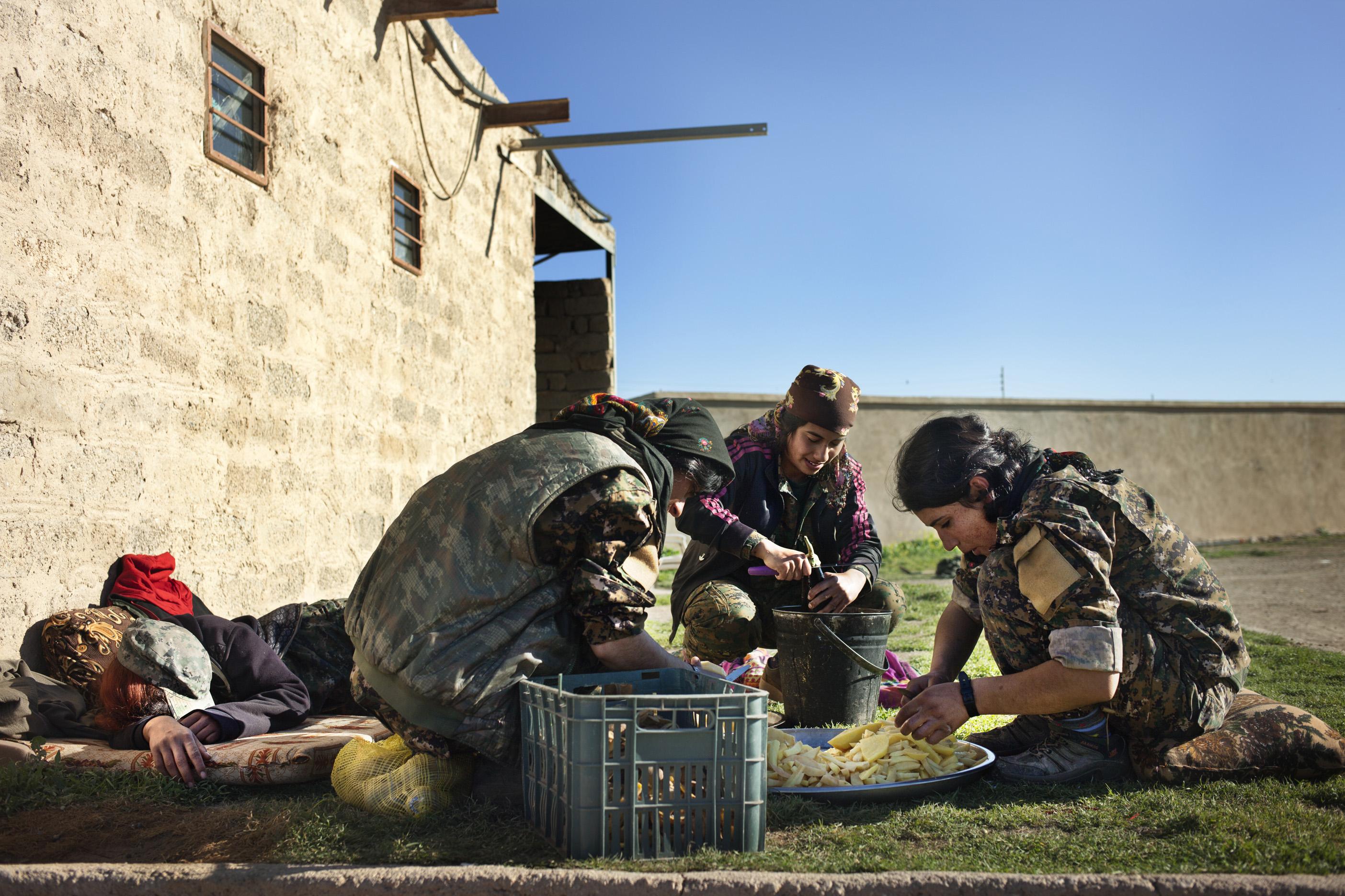 SINJAR, KURDISTAN, IRAQ- FEBRUARY, 2016: Les combattantes du YBS dont font parti beaucoup de Yezidies attendent de prendre les villages autour de la ville de Sinjar toujours aux mains de Daech.  (picture by Veronique de Viguerie/ Reportage by Getty Images )